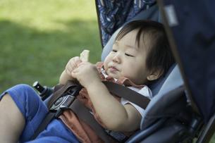 ベビーカーに乗るかわいい日本人の赤ちゃんの写真素材 [FYI04764136]
