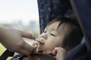 ベビーカーに乗るかわいい日本人の赤ちゃんの写真素材 [FYI04764137]