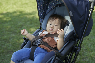 ベビーカーに乗るかわいい日本人の赤ちゃんの写真素材 [FYI04764140]