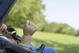 ベビーカーに乗るかわいい日本人の赤ちゃんのの写真素材 [FYI04764141]