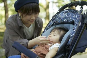 ベビーカーに乗るかわいい日本人の赤ちゃんの写真素材 [FYI04764145]