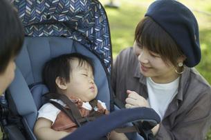 ベビーカーに乗るかわいい日本人の赤ちゃんの写真素材 [FYI04764147]