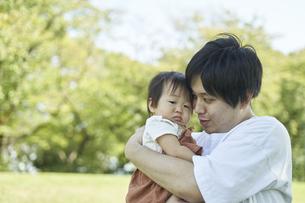かわいい日本人の赤ちゃんと家族の写真素材 [FYI04764148]