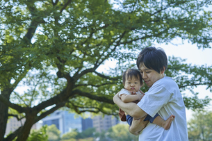かわいい日本人の赤ちゃんと家族の写真素材 [FYI04764151]