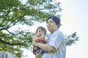 かわいい日本人の赤ちゃんと家族の写真素材 [FYI04764152]