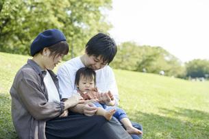 かわいい日本人の赤ちゃんと家族の写真素材 [FYI04764166]