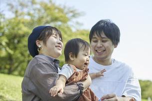 かわいい日本人の赤ちゃんと家族の写真素材 [FYI04764170]