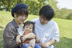 かわいい日本人の赤ちゃんと家族の写真素材 [FYI04764171]