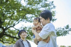 かわいい日本人の赤ちゃんと家族の写真素材 [FYI04764172]