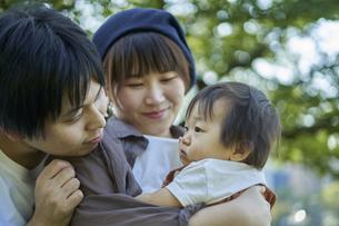 かわいい日本人の赤ちゃんと家族の写真素材 [FYI04764173]