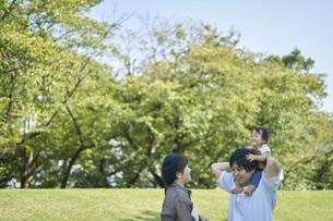 かわいい日本人の赤ちゃんと家族の写真素材 [FYI04764175]