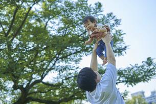 かわいい日本人の赤ちゃんと家族の写真素材 [FYI04764176]
