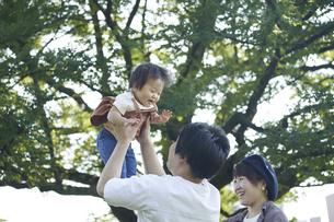 かわいい日本人の赤ちゃんと家族の写真素材 [FYI04764182]