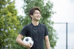 公園でサッカーをする若い男性の写真素材 [FYI04764264]