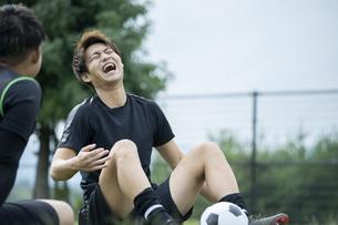 公園でサッカーをする若い男性の写真素材 [FYI04764269]