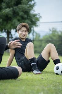 公園でサッカーをする若い男性の写真素材 [FYI04764270]