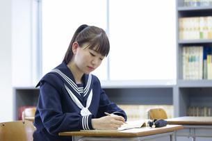 教室で勉強をする若い日本人の学生の写真素材 [FYI04764275]