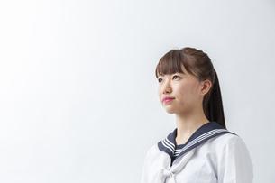 セーラー服を着た若い日本人の学生の写真素材 [FYI04764286]