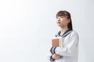 セーラー服を着た若い日本人の学生の写真素材 [FYI04764290]