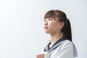 セーラー服を着た若い日本人の学生の写真素材 [FYI04764292]