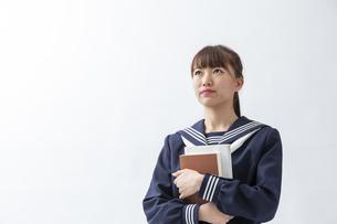 セーラー服を着た若い日本人の学生の写真素材 [FYI04764294]