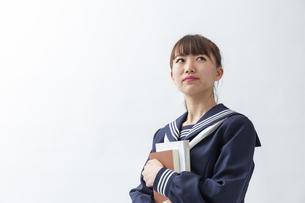 セーラー服を着た若い日本人の学生の写真素材 [FYI04764295]