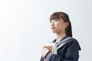 セーラー服を着た若い日本人の学生の写真素材 [FYI04764296]