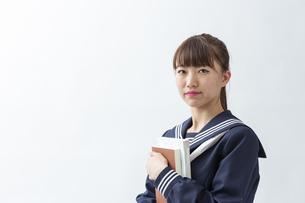 セーラー服を着た若い日本人の学生の写真素材 [FYI04764297]