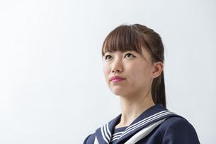 セーラー服を着た若い日本人の学生の写真素材 [FYI04764298]