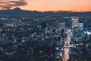 夕暮れの東京・渋谷の街並みと富士山の写真素材 [FYI04764337]