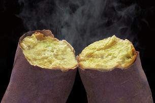 焼き芋の写真素材 [FYI04764580]