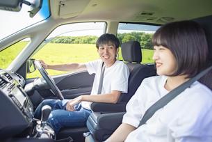 ドライブをするカップルの写真素材 [FYI04764635]