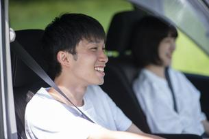 ドライブをするカップルの写真素材 [FYI04764636]