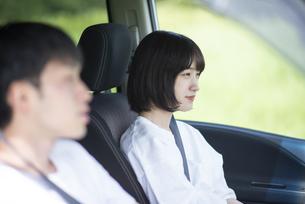 ドライブをするカップルの写真素材 [FYI04764637]