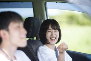 ドライブをするカップルの写真素材 [FYI04764639]