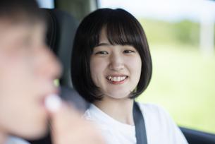 車の中で飴を食べさせる女性の写真素材 [FYI04764640]