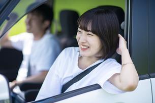 ドライブをするカップルの写真素材 [FYI04764645]
