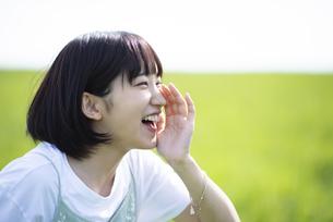 草原で叫ぶ女性の横顔の写真素材 [FYI04764679]