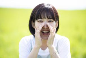 草原で叫ぶ女性の写真素材 [FYI04764680]