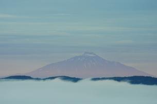 知駒峠から見た雲海と利尻岳の写真素材 [FYI04764711]
