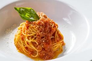 トマトとモッツァレラのパスタの写真素材 [FYI04764878]
