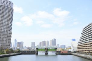 豊洲運河の豊洲水門の写真素材 [FYI04765000]