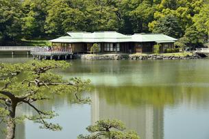 浜離宮恩賜庭園・潮入りの池と中島の御茶屋の写真素材 [FYI04765067]