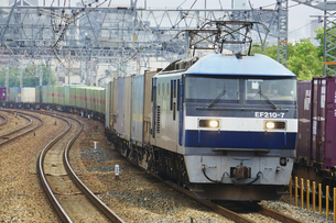JR神戸線のEF210貨物列車の写真素材 [FYI04765276]