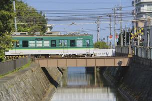 京阪大津線の600形普通電車と琵琶湖疎水の写真素材 [FYI04765326]