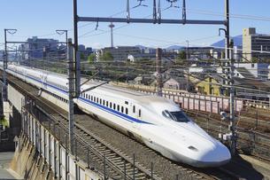新幹線と京都タワーの写真素材 [FYI04765327]