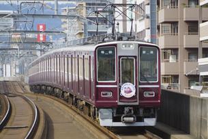 阪急電鉄の8000系普通電車の写真素材 [FYI04765341]
