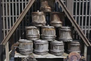 積み重ねた木の樽の写真素材 [FYI04765381]