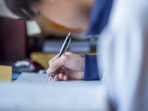 勉強する男子の写真素材 [FYI04765403]