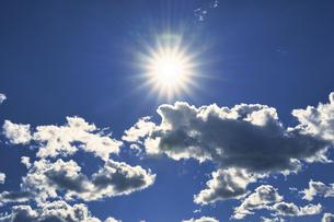 青空に浮かぶ白い雲と太陽の写真素材 [FYI04765441]